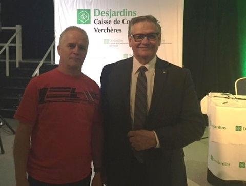Michel Gaudette, gagnant d'un des prix de présence attribués lors de l'assemblée, et le président du conseil d'administration, Léo Pigeon